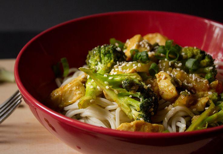 Thai Noodles cu pui, broccoli si un milion de alte bunatati :D