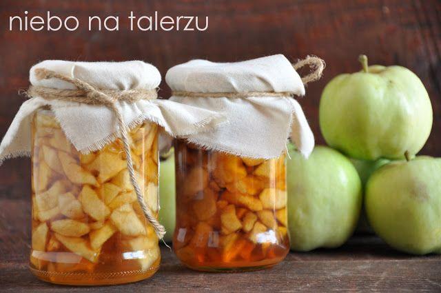 """Najlepsze jabłka w słoikach 3kg jabłek, 1kg cukru, cytryna, cynamon Jabłka obrać i pokroić w kostkę, ok. 1 - 1,5 cm. Zasypać cukrem wymieszać i zostawić na kilka godzin albo na całą noc, by puściły sok. Jabłka mocno odcisnąć, a powstały płyn zlać do szerokiego rondla. Gotować go bez przykrycia, aż płyn odparuje do ok. 1/3- 1/2 objętości. Powstanie miodowy w kolorze syrop. Każda odmiana ma inną zawartość soku, trochę """"na oko"""" należy oszacować ilość potrzebną do zalania wszystkich słoików i…"""
