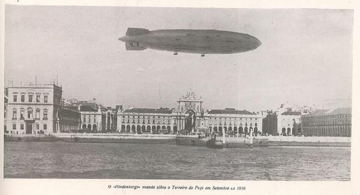 """O """"Hindenburgo"""" voando sobre o Terreiro do Paço em setembro de 1936"""
