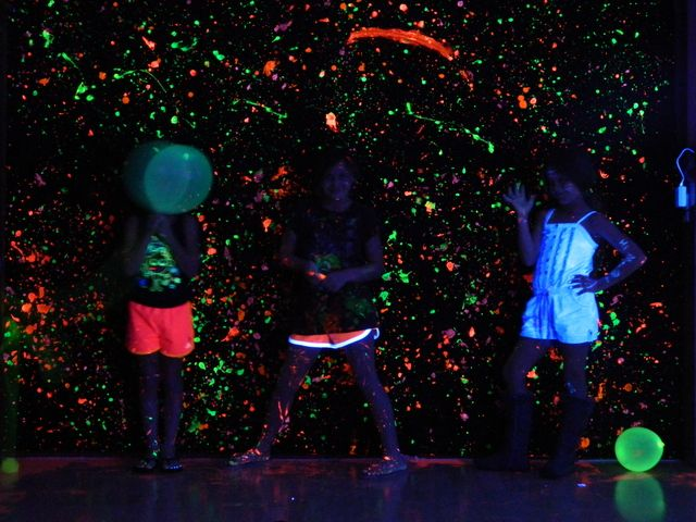 11 best images about glow in the dark party on pinterest for Neon paint walls
