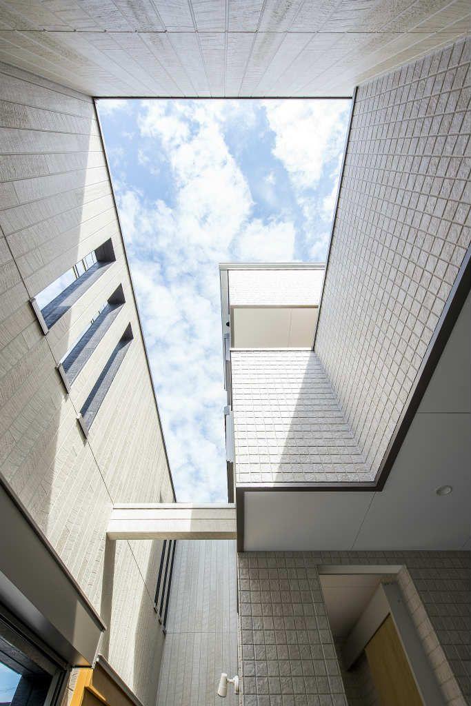 玄関ポーチから、上部を見上げたところ。塀を高くすることで、プライベート空間がうまれます。