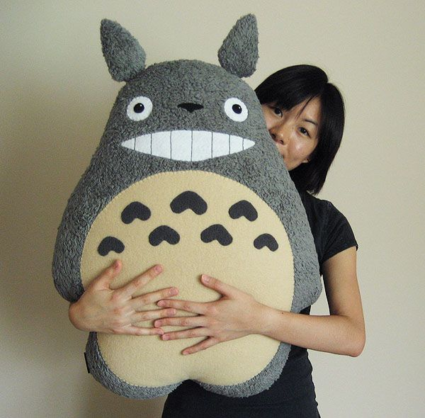 totoro pillow by melkatsa. this is handmade!! AHHHHHH I WANT ITTTTT. guys, make it for me.    BLANDINE!!!