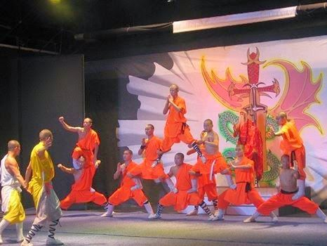 The Red Theater in Beijing is one of the most popular entertainment venues in China travel and tourism and it is known for some entertaining Kung Fu shows. The show is enjoying great popularity since ages due to some reasons.  #Kungfushow #Beijing
