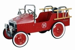 Marquant Brandweer Auto 1938FE, Metalen Trapauto. Gebaseerd op de stijl van brandweerwagens uit 1938 van het merk Chevrolet, is deze kinderreplica een prachtig exemplaar voor jong om zich heerlijk mee te vermaken of voor oud als verzamelobject. Prachtig voor in de woonkamer en een eye catcher ook voor buitenshuis, kan een kind zich met deze wagen zich perfect een brandweerman voelen door de afneembare trappetjes, de uitrolbare brandslang als ook het alarmsysteem.