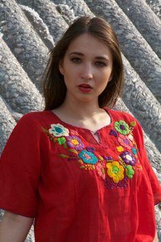 Blusa bordado mexicano hecho a mano.  Caída en amor con esta blusa roja bordada impresionantes hecha por artistas mexicanos.  Los artesanos ponen todo su amor y dedicación para ofrecerte un textil de alta calidad. Cada pieza es única.  Mejor se adapta: pequeño - mediano (sólo tenemos uno en stock.)