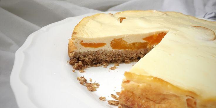 Léto a meruňky patří k sobě. Kromě toho, že skvěle chutnají, mají taky nespočet pozitivních účinků. Upečte si tento výborný fit meruňkový koláč s tvarohem.