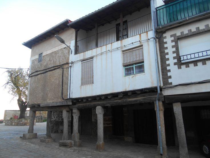 Villanueva del Conde. Casas soportaladas en el Bote.