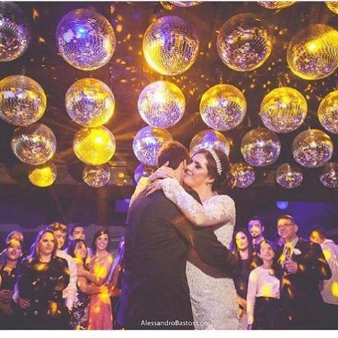 """Sem dúvidas um dos momentos mais mágicos de todo o dia do casamento! ❤️ A @abr_som arrasou na primeira dança do casal e no primeiro momento """"a sós"""" dos dois depois do grande sim! #berriesandlove #dreamteamberriesandlove #gentequerealizasonhos #primeiradança #noivasbh {: Alessandro Bastos}"""