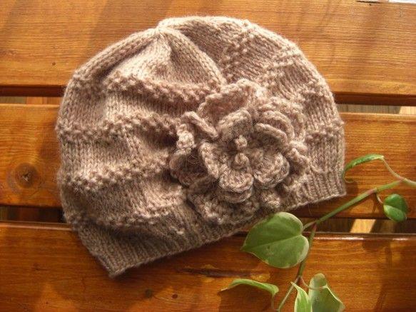 きらきら ラメ入りコサージュつき帽子                   《 Mサイズ 》 ちょっとくすんだピンクで、メリヤス編みと鹿の子...|ハンドメイド、手作り、手仕事品の通販・販売・購入ならCreema。