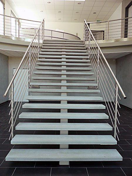 stilvolle Treppenhaus Innen bauen Beton Massiv Glas