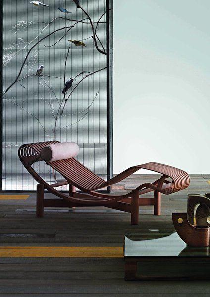 TOKYO – CASSINA. Magnifique chaise longue de forme organique, sinueuse et accueillante. Un projet inédit de 1940. En bois (bambou, teck ou hêtre) avec un coussin en cuir. Dimensions : L 150 x P 55/40 x H 65 cm.
