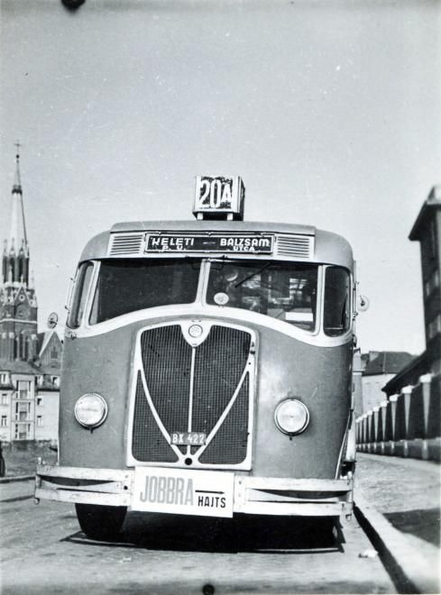 1941. Cházár András utca, jobbra a a Szent Domonkos (később Récsei) autóbuszgarázs, háttérben a Rózsafüzér Királynéja-templom a Thököly úton.