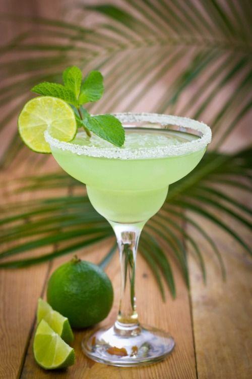 Sabato giornata di relax, se dovete reidratarvi, ecco come fare il Margarita frozen definitivo.http://winedharma.com/it/dharmag/luglio-2014/margarita-frozen-cocktail-la-ricetta-originale