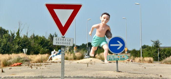 (Cliquez sur le lien) Les ronds-points de Charente-Maritime étonnent et font sourire ! L'art sur rond-point, un nouveau tourisme qui fait tourner les têtes