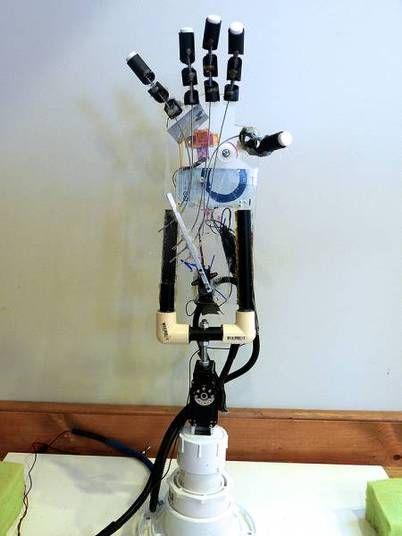 Uma nova prótese é capaz de ler padrões de ondas cerebrais dos usuários e transmiti-las para uma mão robótica. Assim, os usuários são capazes de mexer os dedos apenas com a força do pensamento. O projeto foi desenvolvido por Shiva Nathan, um adolescente de apenas 15 anos. Ele teve a ideia para o projeto em 2012, depois de ouvir a história de um parente indiano que havia perdido os dois braços