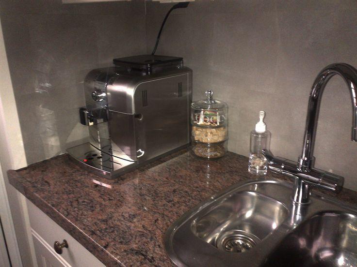 Krijtbord Achterwand Keuken : Achterwand beplakt met plaktegels van kunststof. Eigenlijk vloertegels