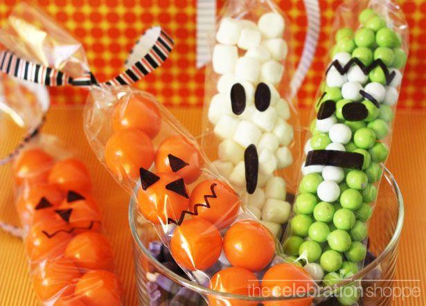 Balas em saquinhos nas cores do Halloween.