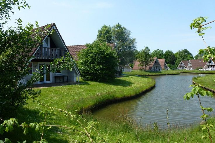 6-persoons villa   Description: Pluspunten: - Familiepark in het mooie Vechtdal - Vrijstaande accommodaties - Buitenzwembaden - Nieuw: Speelparadijs Mad Monkey JungleLigging van 't Hooge Holt Vakantiepark 't Hooge Holt is een sfeervol gezinspark nabij het dorpje Gramsbergen in Overijssel. Het park is gelegen in het Vechtdal een prachtig natuurgebied (van Zwolle tot aan de Duitse grens) waar de bekende rivier De Vecht door heen stroomt. Deze mooie ligging gecombineerd met de vele faciliteiten…