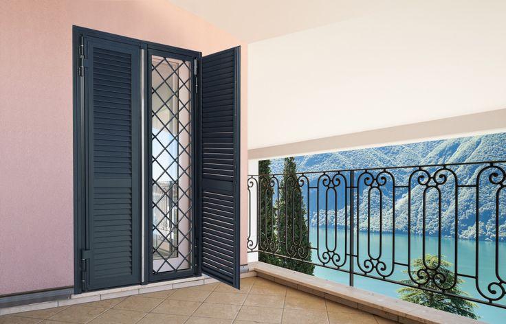 Porta finestra  a 2 ante ,con grata ad occhio forato da 16 mm, classe 4 antieffrazione UniEn 1627, con persiane aperte.
