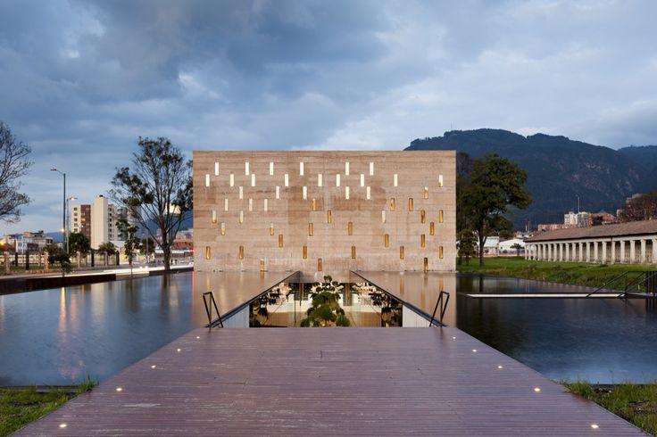 Construido por Juan Pablo Ortiz Arquitectos  en Bogotá, Colombia ElCentro de Memoria Paz y Reconciliación. se construyóen medio de la confrontación interna actual, a diferencia de ot...
