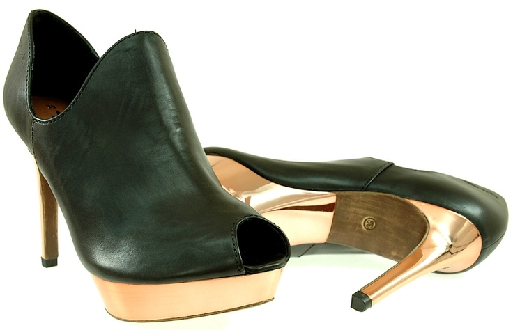 wortmann 29324 black  Damskie Botki na szpilce Wortmann 29324 black  Obuwie wykonane z wysokiej jakości skóry naturalnej.  Ocas: 12cm.  Platforma: 2cm.  Kolor: czarne.  Miękkie i wygodne. Przykuwają uwagą ładnym kształtem.