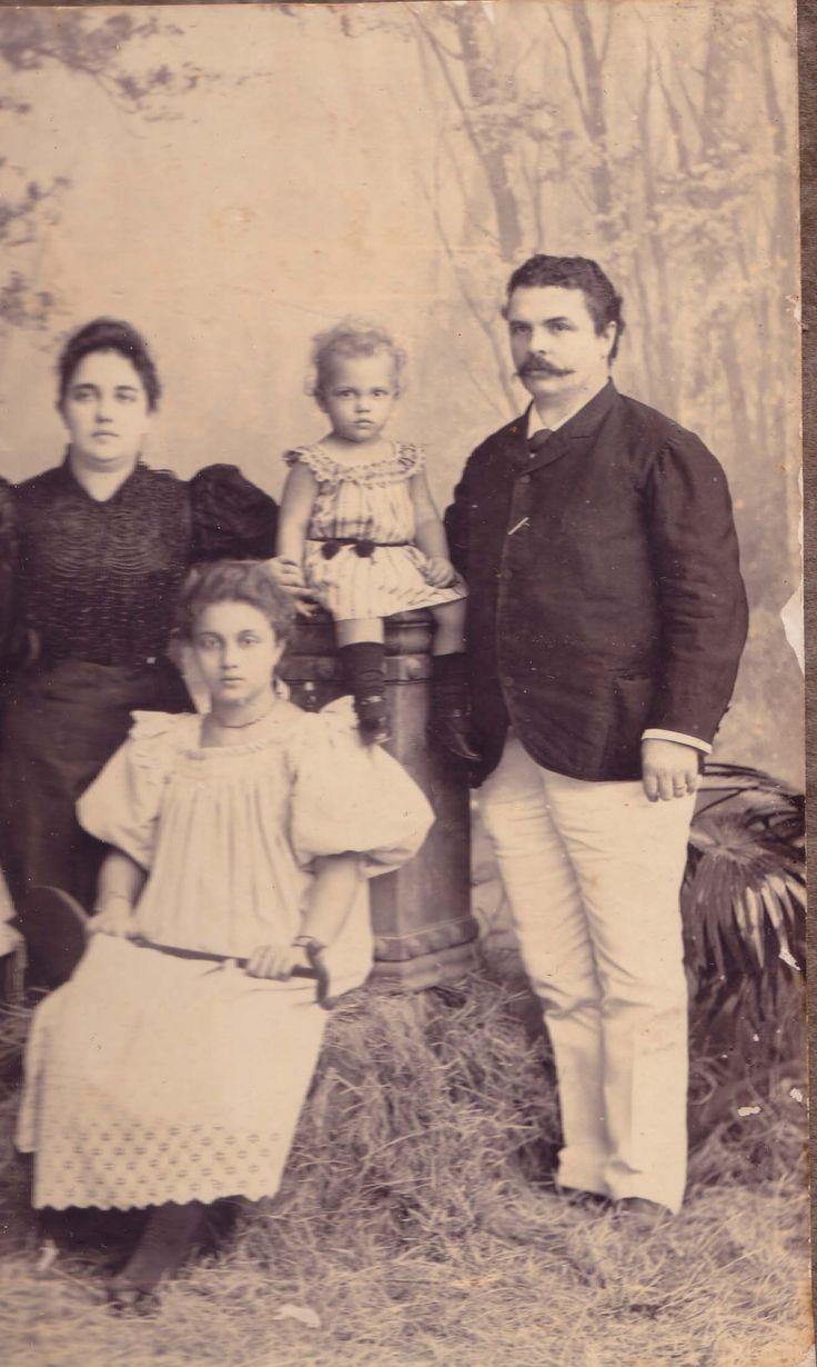 Familieportretje. Zittend op de pilaar is Dolf, het jonge broertje van Beata. We zijn hier in een fotostudio. Geen goedkoop uitstapje destijds. Maar ze wilden zichzelf vastleggen.