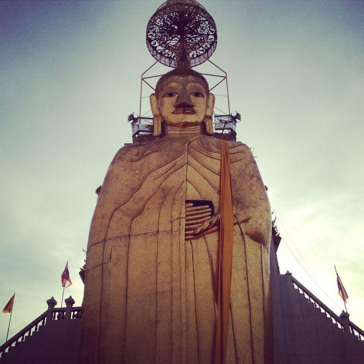 Nom:Buda del Temple Intharawihan  Pais: Tailandia, Ciutat: Bangkok, Estat: Acabat a l'any 2010 va durar 60 anys la seva contrucció