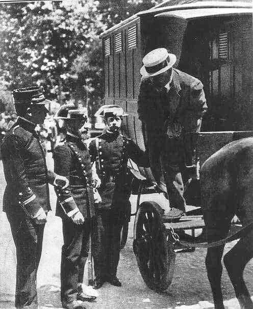 Detención de Francisco Ferrer Guardia cofundador de la Escuela Moderna en 1909. Es conducido a Montjuic. Barcelona fue procesado y condenado a muerte. Dedicada a Pedro Antonio López por aquello de la Escuela Moderna