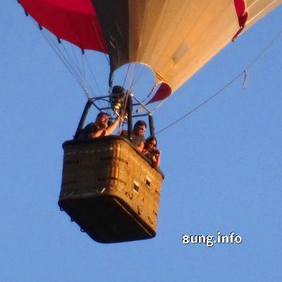 Korbmöbel  outdoor, am Faden hängend  Ein schöner sonniger Tag, der 1. August 2016. Genau das richtige Wetter, um in die Luft zu gehen. Diese drei Flieger nehmen ihr Outdoor-Korbmöbel gleich mit in die Luft. Es hängt mit ganzem Gewicht an unzerreißbaren Fäden. Im Heißluftballon über allem schweben. Im Gegensatz zu den knatternden Sportfliegern ist so ein Heißluftballon angenehm leise. Lediglich beim Luftablassen ist ein Zischen zu hören. #ballon #fliegen #lärm