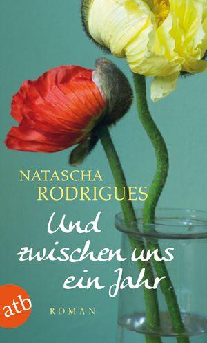 Natascha Rodrigues - Und zwischen uns ein Jahr // Marie fliegt mit ihren beiden Kindern übers Wochenende nach Paris. Dort findet eine Feier zu Ehren ihres verstorbenen Vaters statt. Alte Wunden brechen wieder auf, Marie provoziert eine Aussprache mit ihrer Mutter, in der es um Jahrzehnte totgeschwiegene Konflikte und Verletzungen geht. In dieser aufgewühlten Atmosphäre begegnet sie Serge ... Mehr zum Buch: http://www.aufbau-verlag.de/index.php/und-zwischen-uns-ein-jahr.html