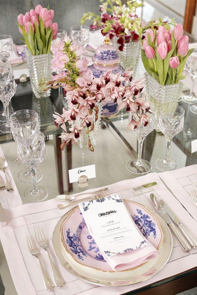 Entre os detalhes que amamos nesta mesa de almoço entre amigas, estão os marcadores de lugar em prata da Theodora Home.