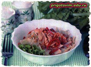 Капуста, жаренная с курицей и овощами