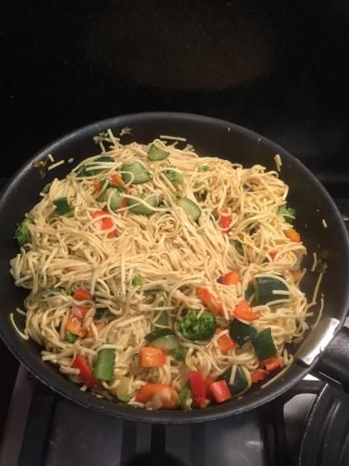 sauce soja, gingembre, poivron rouge, échalote, brocoli, courgette, huile d'olive, nouilles chinoises, ail