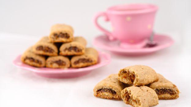 Tempo di fichi, tempo di ricette golose. Un modo squisito per gustare i fichi è farne un morbido ripieno per dei profumati biscotti di pasta frolla. Facili e buonissimi