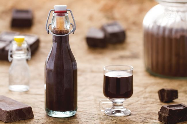 Il liquore al cioccolato è delizioso liquore cremoso aromatizzato al cioccolato, ideale come fine pasto.