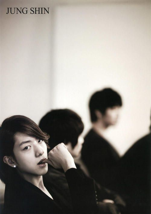 CNBlue - Lee Jung Shin. Damn, he's pretty.