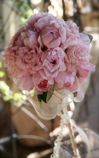 どこまでもスウィートなピンク系ステッキブーケ    こぼれ落ちそうに咲くバラとトルコキキョウをぎゅっとまとめ、オーガンジーのリボンを添えてステッキブーケにしました。    ステッキに添って垂れ下がる細いリボンが、どこまでもスウィートな花嫁のスタイルをお手伝い。    用いる花、リボンでイメージはガラリと変えられます。お色直しで違った印象のステッキブーケをお持ちになってはいかがでしょうか。