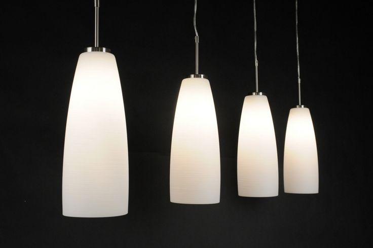 Artikel 80596.Een 4 lichts hanglamp met mooi wit glas. De lamp is voorzien van transparant snoer en heeft een stalen plafondbalk. Het witte opaalglas heeft een heel fijn streepjespatroon (zie onze detailfoto's) Geschikt voor 4x max. 60 Watt E27. http://www.rietveldlicht.nl/artikel/hanglamp-80596-modern-klassiek-glas-wit_opaalglas-staal_-_rvs-wit-langwerpig