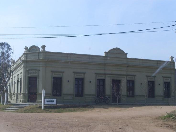 Antiquísima casona del Pueblo Tupambaé, Departamento de Cerro Largo, ahora reciclada y sede de un Escritorio Rural.