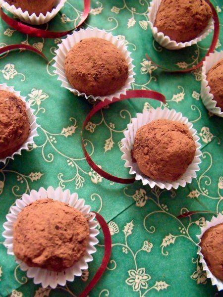 Ingrediente:   180 ml  smantana dulce, pentru frisca  225 g  ciocolata neagra ,75% cacao 30 g de  unt  2 linguri de  rom    Pentru acoperit trufele:   2 linguri  fulgi de nuca de cocos  2 linguri de  cacao    Mod de preparare:   Rupem ciocolata...