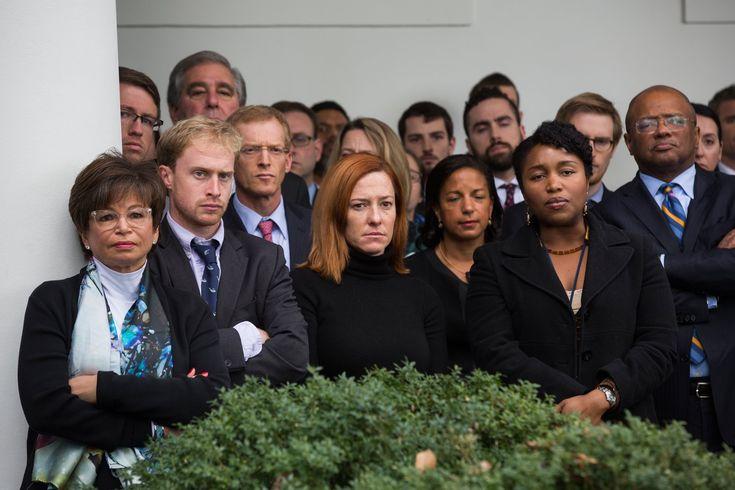 Cette photo de gens à la mine défaite est celle de l'équipe d'Obama à la Maison-Blanche : la conseillère du président Obama Valerie Jarrett à gauche, au centre avec les cheveux roux, sa directrice de communication, la perverse Jennifer Psaki, derrière elle à sa gauche, la conseillère nationale pour la sécurité Susan Rice. Une belle […]