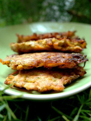 CROQUETTES CAROTTE 10 carottes pelées et râpées,0.5 poivron coupé en dés,3oeufs,3cas farine,persil,2ails émincés,curry(fac) Faire revenir les carottes, le poivron et l'ail pdt 10mn à feu doux. Mélanger aux oeufs, persil, farine, saler et poivrer. Avec deux cuillères à soupe, faites des petites boules du mélange et faites-les frire quelques instants de chaque côté dans une une huile bien chaude. Epongez-les