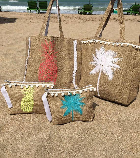 Le sac de plage de toile de jute de pom pom est si mignon, sa entièrement doublée et a une poche sur la côte. Il est livré en 2 différentes impressions palmier et ananas et 4 couleurs différentes: blanc, turquoise, jaune, rouge  Taille est 38cm de haut et 36cm de large  Le sac de plage est fabriqué à partir de toile de jute recyclable de haute qualité et doublé de Calicot.  La livraison est de 21 jours ouvrables à partir de quand la commande est passée, que votre sac de plage est coupé et…