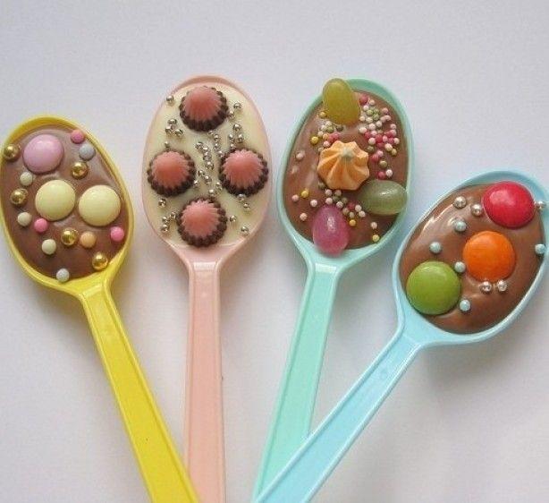 Koop een setje houten lepels (of gebruik plastic lepels) en smelt wat chocolade au bain marie. Giet de lepels vol met de gesmolten chocolade en leg ze op een stukje bakpapier. Versier de lepels vervolgens met een topping naar keuze: marshmallows, m&m's, nootjes of hagelslag. Laat de lepels een paar uur opstijven in de koelkast, doe er een stukje transparant folie en een strikje omheen en klaar is je cadeautje voor in de warme chocolademelk!
