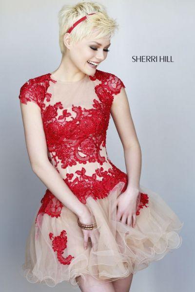 Diseño corto con cuerpo de encaje en color rojo y falda de tul en nude