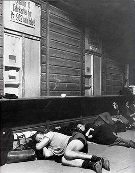 Flüchtlinge I Berlin - Erschöpfte Frauen schlafen auf dem Anhalter Bahnhof Berlin 1945