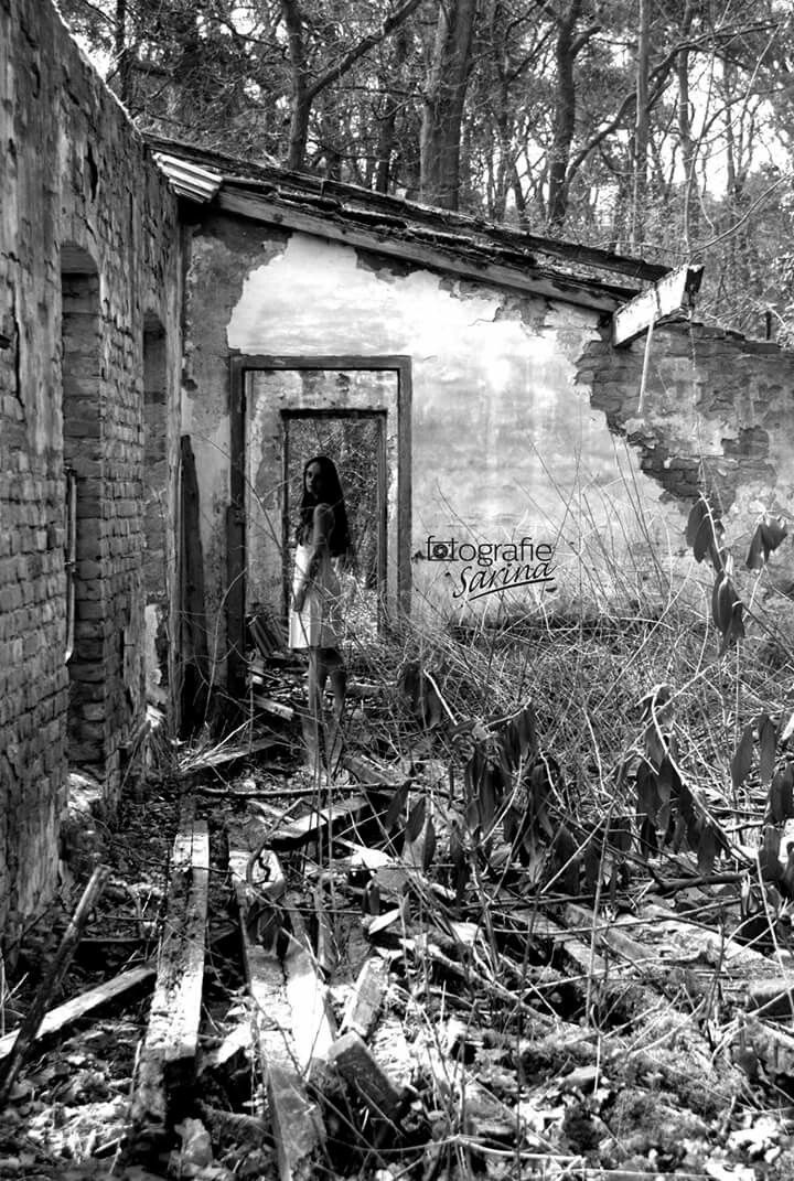 Abandoned. Verlaten. White dress. Ravage. Photography. Foto. Photo. Fotoshoot. Photo idea. Black and white. Alone. Chaos. Fine art.