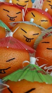 hi hi mandarijnen met een papieren parapluutje verkleed als chineesjes