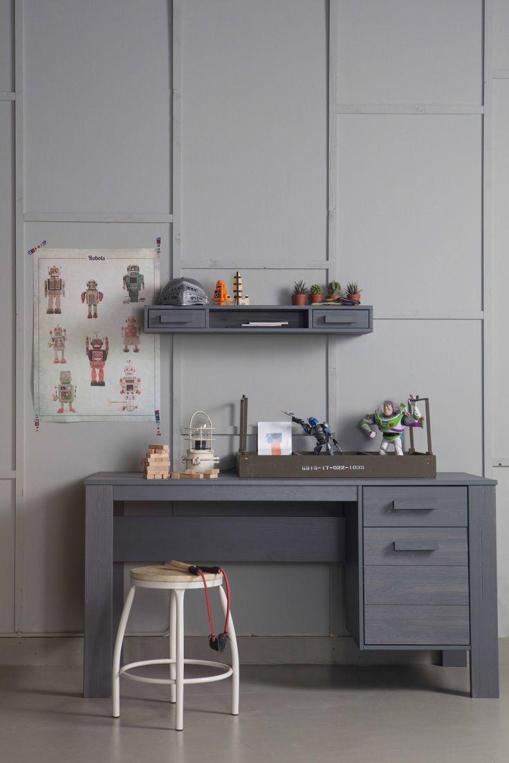 Bureau en wandpalletkast | desk & wall pallet cabinet Dennis & kruk | stool Nomi by WOOOD #kruk #bureau