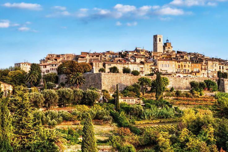Sud de la France, Côte d'Azur, Vence, une cité historique devenue la cité des plus grands peintres : Chagall, Matisse… Une ville reconnue dans le domaine de l'Art, une destination idéale pour (re)découvrir la richesse de son patrimoine. Serez-vous du voyage avec Bontourism® ?